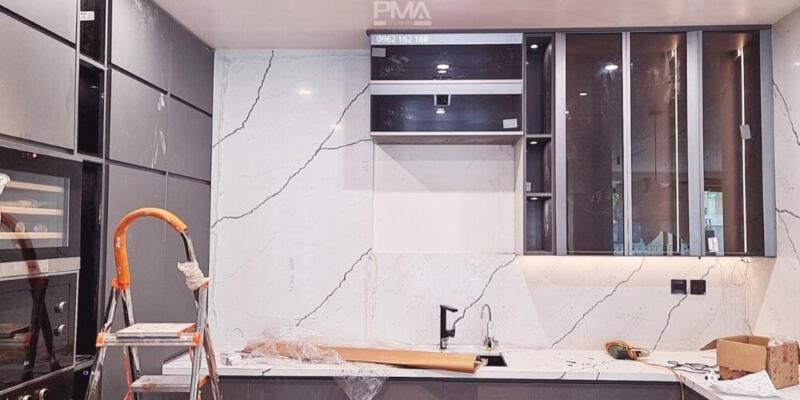 Tủ bếp tuyệt đẹp với sự kết hợp giữa cánh acrylic matte và cánh kính